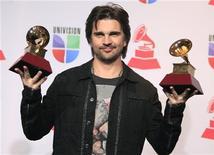 """Juanes posa com os prêmios de melhor vídeo musical em formato longo e de álbum do ano por seu """"MTV Unplugged"""" durante o Grammy Latino, em Las Vegas, Nevada. 15/11/2012 REUTERS/Steve Marcus"""