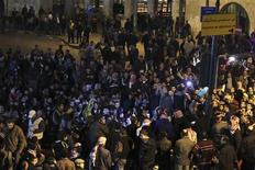 Unas 2.000 personas demandaron el viernes la abdicación del rey Abdulá de Jordania en una manifestación en el centro de Amán en protesta por el aumento en los precios de los combustibles, en el tercer día de manifestaciones registradas en el reino apoyado por Occidente. En la imagen, manifestantes antigubernamentales gritan eslóganes durante una protesta tras el anuncio de una subida en el precio de los combustibles en el país, incluidas las bombonas de gas, en Amán, el 15 de noviembre de 2012. REUTERS/Muhammad Hamed