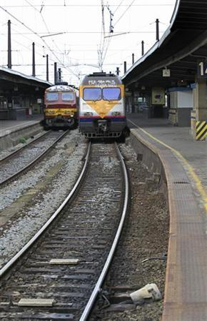 View of an empty platform at Midi railway station during a strike by rail workers in Brussels October 3, 2012. REUTERS/Yves Herman (BELGIUM - Tags: TRANSPORT BUSINESS EMPLOYMENT CIVIL UNREST)