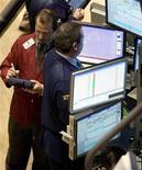 """<p>Foto de archivo de unos operadores en el parqué de Wall Street en Nueva York, nov 28 2007. Las acciones estadounidenses abrieron estables el viernes, después de que decepcionantes datos económicos contrarrestaron el optimismo generado por un reporte del Wall Street Journal que dijo que funcionarios de la Casa Blanca estaban discutiendo sobre una aproximación más flexible al problema del """"abismo fiscal"""". REUTERS/Jeff Zelevansky</p>"""