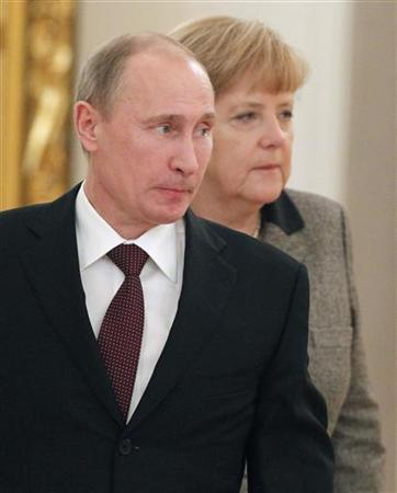Russian President Vladimir Putin (L) walks with German Chancellor Angela Merkel during their meeting in Moscow's Kremlin November 16, 2012. REUTERS/Maxim Shemetov (RUSSIA - Tags: POLITICS)