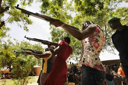 Women members of a self-defense militia calling itself the FLN (Front for the Liberation of the North) train in Sevare, about 600 kms (400 miles) northeast of the capital Bamako, July 11, 2012. REUTERS/Emmanuel Braun/Files