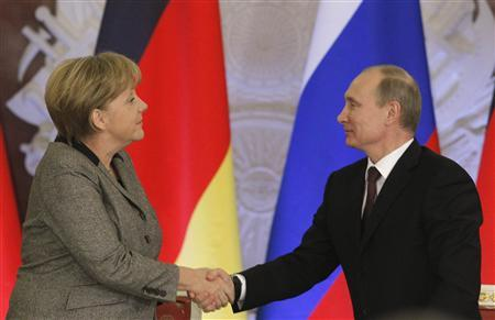 Russian President Vladimir Putin (R) shakes hands with German Chancellor Angela Merkel after their joint news conference in Moscow's Kremlin November 16, 2012. REUTERS/Maxim Shemetov