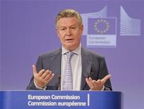 <p>Imagen de archivo del comisario de Comercio de la Unión Europea, Karel De Gucht, durante una conferencia de prensa en la sede del organismo en Bruselas, mayo 25 2012. El Parlamento Europeo aprobaría en diciembre un tratado de libre comercio con Perú y Colombia para impulsar las exportaciones de autos y químicos del bloque y las de alimentos y minerales de las naciones sudamericanas, dijo el viernes en Lima un funcionario de la Unión Europea (UE). REUTERS/Laurent Dubrule</p>