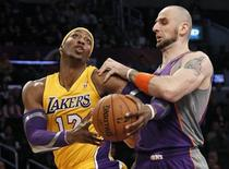Phoenix Suns' Marcin Gortat (R) of Poland defends against Los Angeles Lakers' Dwight Howard during the first half of their NBA basketball game in Los Angeles November 16, 2012. REUTERS/Danny Moloshok
