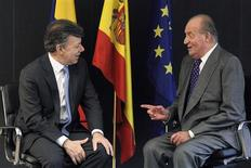 Spain's King Juan Carlos (R) speaks to Colombian President Juan Manuel Santos during the XXII Ibero-American Summit in Cadiz, southern Spain November 16, 2012. REUTERS/Ballesteros/Pool