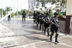 Seguranças do governo cambojano reforçam a patrulha do prédio onde ocorre a 21a cúpula da Associação das Nações do Sudeste Asiático (Asean) no Leste da Ásia, em Phnom Penhm. Nações do Sudeste Asiático concordaram em assinar sua primeira declaração conjunta sobre direitos humanos, mas o documento foi criticado por grupos defensores desses direitos por não seguir os padrões internacionais e deixar a porta aberta para os países reprimirem as liberdades. 17/11/2012 REUTERS/Samrang Pring