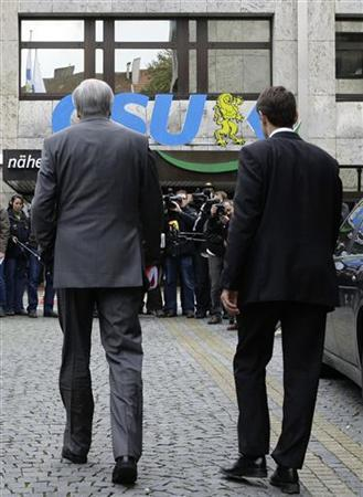 File picture shows Bavarian Prime Minister and leader of the Christian Social Union (CSU) Horst Seehofer (L) and CSU speaker Hans Michael Strepp as they arrive for a CSU board meeting in Munich October 19, 2009. Strepp has resigned on October 25, 2012 after allegations of trying to influence German television channel ZDF. Picture taken October 19, 2009. REUTERS/Michaela Rehle/File (GERMANY - Tags: POLITICS)