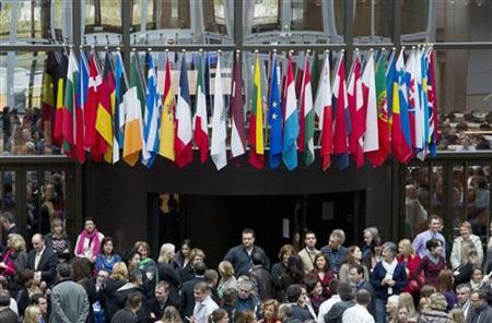 European Union officials gather in the atrium of the EU Council building in Brussels as they protest against the prospect of deeper pay and staffing cuts as part of any government deal on the budget November 16, 2012. REUTERS/Stringer (BELGIUM - Tags: BUSINESS POLITICS CIVIL UNREST)