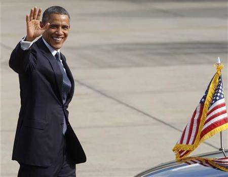 U.S. President Barack Obama waves to photographers as he arrives at Don Muang international airport in Bangkok November 18, 2012. REUTERS/Chaiwat Subprasom