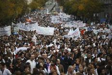 Miles de personas, muchos de ellos trabajadores del sector sanitario, recorrieron el domingo el centro de Madrid en defensa de la sanidad pública, mientras las autoridades competentes acometen recortes para cumplir los estrictos criterios de déficit impuestos por Bruselas. En la imagen, la manifestación a favor de la Sanidad pública en el centro de Madrid, el 18 de noviembre de 2012. REUTERS/Susana Vera
