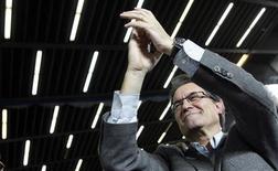 Los cuatro sondeos publicados el domingo sobre las elecciones autonómicas catalanas que se celebrarán dentro de siete días coinciden en que Convergencia i Unión (CiU) no logrará una mayoría absoluta, con el telón de fondo de la apuesta nacionalista para celebrar una consulta por la independencia. En la imagen, el candidato de CiU, Artur Mas, en un mitin en Barcelona, el 18 de noviembre de 2012. REUTERS/Albert Gea