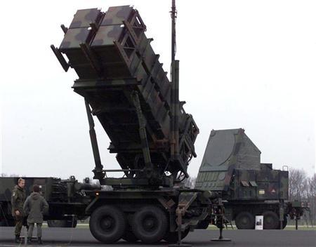 German soldiers talk in front of a German Patriot missile launcher and a tracking radar (R) during the multi-national excersise JPOW-4 in Peel, the Netherlands. FEE/ME