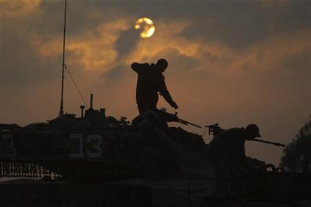 Israeli soldiers prepare a tank near Israel's border with the central Gaza Strip November 19, 2012. REUTERS/Ronen Zvulun (ISRAEL - Tags: POLITICS CIVIL UNREST MILITARY TPX IMAGES OF THE DAY)