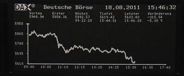 Табло фондовой биржи во Франкфурте-на-Майне 18 августа 2011 года. Германия, вероятно, и дальше будет терять импульс роста, так как ее экономика уже ощущает бремя долгового кризиса еврозоны и мирового спада, сообщил в понедельник Бундесбанк. REUTERS/Remote/Amanda Andersen