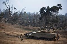 Los esfuerzos de Egipto por negociar una tregua entre Israel y los palestinos en Gaza están en marcha y podría estar cerca un acuerdo para detener los enfrentamientos, dijo el lunes el primer ministro egipcio. En la imagen, un soldado israelí limpia un tanque cerca de la Franja de Gaza el 19 de noviembre de 2012. REUTERS/Nir Elias