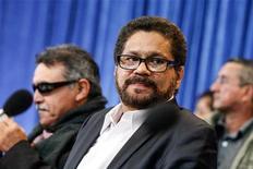 La guerrilla colombiana de las FARC anunció el lunes un cese unilateral del fuego durante dos meses a partir del martes 20 de noviembre, la primera vez que bajarán las armas en más de diez años. En la imagen, el jefe negociador de las FARC, Iván Márquez, en Hurdal, cerca de Oslo, el 18 de octubre de 2012. REUTERS/Audun Braastad/NTB Scanpix