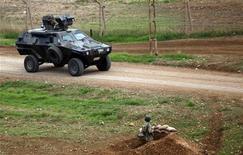 Turquía solicitaría formalmente el lunes que la OTAN coloque los avanzados sistemas de misiles Patriot en su frontera para defenderse de ataques sirios, según un ministro alemán. En la imagen, tropas turcas toman posición al oír disparos cerca de la localidad siria de Ras al Ain, en la localidad fronteriza turca de Ceylanpinar, el 19 de noviembre de 2012. REUTERS/Amr Abdallah Dalsh