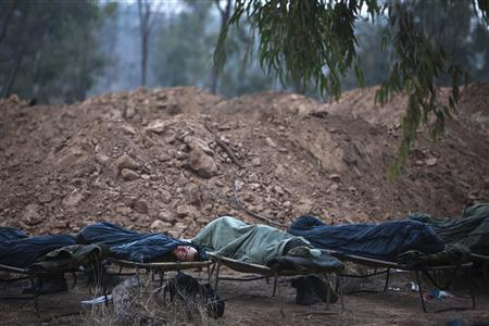 Israeli soldiers sleep at a staging area near the border with the Gaza Strip November 19, 2012. REUTERS/Nir Elias