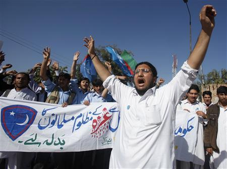 Supporters of Islami Jamiat Talaba, a student wing of Pakistan's religious and political party Jamaat-e-Islami, shout anti-American and anti-Israeli slogans during a demonstration in Peshawar November 19, 2012. REUTERS/Fayaz Aziz
