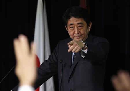 11月20日、中塚金融担当相は、自民党の安倍総裁(写真)が日銀の金融政策に繰り返し言及していることに対し、「制度の問題として中央銀行の独立性がある」と述べた。16日撮影(2012年 ロイター/Toru Hanai)