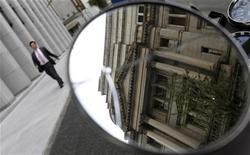 """Здание Банка Японии отражается в зеркале в Токио, 19 ноября 2012 года. Банк Японии во вторник оставил денежно-кредитную политику без изменений, сохранив твердую позицию, несмотря на призывы вероятного будущего премьер-министра провести """"неограниченное"""" смягчение, чтобы оживить экономику. REUTERS/Toru Hanai"""