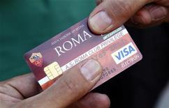"""Болельщик """"Ромы"""" показывает свою карточку перед матчем против """"Чезены"""" в Риме 28 августа 2010 года. Исповедующая атакующий футбол """"Рома"""", имеющая лучший в Серии А показатель по числу забитых мячей и входящая в тройку больше всех пропускающих команд, смогла в понедельник второй раз в сезоне сохранить ворота в неприкосновенности и обыграть """"Торино"""" 2-0. REUTERS/Max Rossi"""