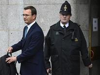 L'ex capo della comunicazione del primo ministro britannico David Cameron, Andy Coulson (a sinistra). REUTERS/Paul Hackett