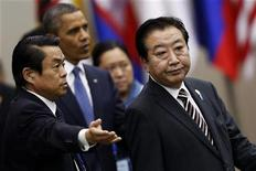 Presidente dos EUA, Barack Obama (C), acompanha o premiê japonês, Yoshihiko Noda (D), ao chegar para cúpula em Phnom Penh, Camboja. Obama pediu a líderes asiáticos que contenham as tensões no Mar do Sul da China e em outros territórios disputados, mas não chegou a apoiar firmemente os aliados Japão, Filipinas e Vietnã em suas disputas com a China. 20/11/2012 REUTERS/Samrang Pring