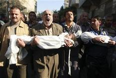 La jefa de derechos humanos de la ONU presionó el martes a Israel para que evite ataques contra estructuras civiles en Gaza, y UNICEF dijo que los niños en el enclave mostraban síntomas de trauma grave tras los ataques que han matado a docenas de civiles. En la imagen, varios palestinos portan los cadáveres de dos niños, Suhaib y Mohammed (D) Hejazi, durante el funeral en Beit Lahiya en el norte de Gaza el 20 de noviembre de 2012. REUTERS/Mohammed Salem