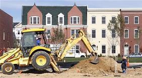 Trabalhadores preparam novo lote de casas em área de construção em Alexandria, Virgínia, EUA. O início de construções de novas moradias subiu para a maior taxa em mais de quatro anos em outubro, sugerindo que a recuperação do mercado imobiliário está ganhando força, apesar de as permissões para construções futuras terem caído. 17/10/2012 REUTERS/Kevin Lamarque