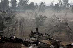 <p>Soldats israéliens à la frontière avec la bande de Gaza. Selon un représentant du Hamas, Israël et les Palestiniens de la bande de Gaza ont accepté mardi soir le principe d'un cessez-le-feu négocié par l'Egypte qui entrera en vigueur à minuit heure locale (22h00 GMT). Mais un responsable israélien a aussitôt démenti. /Photo prise le 20 novembre 2012/REUTERS/Yannis Behrakis</p>