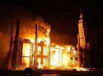 """Модель лондонского Дома парламента в огне 5 ноября 2005 года, в день 400-летия """"Порохового заговора"""" Гая Фокса, намеревавшегося взорвать парламент Англии. Польские власти сообщили во вторник, что задержали радикального националиста, которого подозревают в попытке взорвать парламент. REUTERS/Mike Finn-Kelcey"""