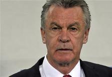 Foto do técnico da seleção da Suíça, ottmar Hitzfeld, antes de partida em Ljubljana, na Eslovênia. Hitzfeld foi suspenso por dois jogos pela FIFA por insultar com gestos o árbitro após um jogo classificatório para a Copa do Mundo contra a Noruega, em outubro. 7/09/2012 REUTERS/Srdjan Zivulovic