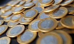 Foto ilustração de moedas de real. O governo estima abater 25,6 bilhões de reais da meta cheia de superávit primário em 2012, fixada em 139,8 bilhões de reais. 15/10/2010 REUTERS/Bruno Domingos