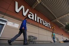 El comercio electrónico crecerá con fuerza estas navidades en EEUU, impulsado por las primeras compras, el auge de los dispositivos móviles y más ofertas de envío gratuito, según las previsiones. En esta imagen de archivo, compradores frente a una tienda Walmart en Ciudad de Mëxico, el 15 de agosto de 2012. REUTERS/Edgard Garrido/Files