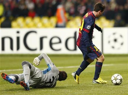 Barcelona's Lionel Messi (R) scores past Spartak Moscow's goalkeeper Andriy Dykan during their Champions League Group G soccer match at Luzhniki stadium in Moscow November 20, 2012. REUTERS/Grigory Dukor