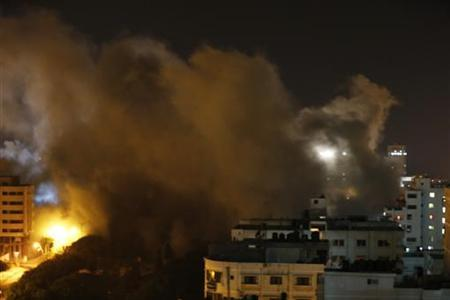 Smoke rises after what witnesses said was an Israeli air strike in Gaza City November 20, 2012. REUTERS/Suhaib Salem