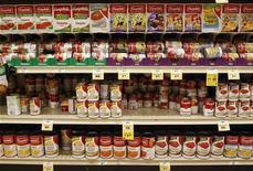 Банки с продукцией Campbell Soup Co на полках магазина в Финиксе, Аризона 22 февраля 2010 года. Квартальная прибыль Campbell Soup Co оказалась лучше ожиданий благодаря росту продаж, вызванному появлением новых супов, сообщила компания. REUTERS/Joshua Lott