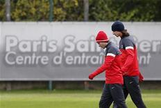 <p>Zlatan Ibrahimovic (à droite) et Maxwell à l'entraînement au Camp des Loges, près de Paris. Le Paris Saint-Germain va mal en championnat mais se porte comme un charme sur la scène européenne où mercredi, il lui suffira d'un match nul à Kiev pour se qualifier pour les huitièmes de finale de la Ligue des champions. /Photo prise le 5 novembre 2012/REUTERS/Benoît Tessier</p>