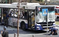 """Una explosión destruyó un autobús público el miércoles en el centro de Tel Aviv, causando al menos 10 heridos, informó el servicio de ambulancias israelí. """"Una bomba explotó en un autobús en el centro de Tel Aviv. Fue un ataque terrorista. La mayoría de los heridos solo sufrieron lesiones leves"""", dijo Ofir Gendelman, un portavoz del primer ministro Benjamin Netanyahu. En la imagen, varios policías israelíes en el lugar de la explosión el 21 de noviembre de 2012 en Tel Aviv. REUTERS/Nir Elias"""