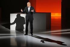 """<p>A Paris, le PDG d'Orange Stéphane Richard a levé le voile sur la nouvelle génération de """"boxes"""" donnant accès à internet et à la télévision lors d'une conférence destinée à faire la démonstration de ses efforts en matière d'innovation. /Photo prise le 21 novembre 2012/REUTERS/Charles Platiau</p>"""