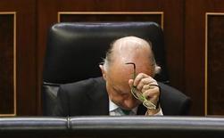 Cubierto holgadamente el objetivo financiero de 2012, el Tesoro público español está haciendo acopio de liquidez en el último tramo del año para tratar de anticiparse a un difícil mes de enero en el que debe satisfacer vencimientos de deuda por unos 28.000 millones de euros. Según cálculos basados en las propias cifras divulgadas por la tesorería española, junto con las últimas subastas de deuda, el colchón de las arcas públicas supera ahora los 26.000 millones de euros por lo que el Estado central ya estaría en vías de encarrilar sus compromisos financieros más inmediatos, a falta de las emisiones pendientes de noviembre y diciembre. En la imagen, el ministro de Hacienda, Cristóbal Montoro, en el Congreso el 31 de octubre de 2012. REUTERS/Andrea Comas