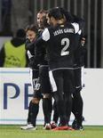 El Málaga dejó escapar una ventaja de dos goles para acabar empatando 2-2 con el Zenit de San Petersburgo, que conserva una mínima esperanza de acompañar al Málaga en el pase a los octavos de final de la Liga de Campeones. En la imagen, los jugadores del Málaga celebran uno de los goles. REUTERS/Alexander Demianchuk
