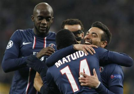 Paris St Germain's Ezequiel Lavezzi (R) celebrates with teammates after scoring a goal during their Champions League Group A soccer match against Dynamo Kiev at the Olympic stadium in Kiev November 21, 2012. REUTERS/Anatolii Stepanov