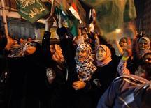 Palestinos comemoram o que dizem ser uma vitória sobre Israel após oito dias de conflito, na Cidade de Gaza, Faixa de Gaza, nesta quarta-feira. Com mediação do Egito, Israel e o Hamas, grupo que governa Gaza, concordaram com um cessar-fogo. 21/11/2012 REUTERS/Ahmed Zakot