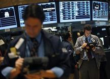Трейдеры работают в торговом зале фондовой биржи в Нью-Йорке, 16 ноября 2012 года. Американские акции завершили торги среды небольшим повышением, а индекс S&P 500 вырос четвертую сессию подряд, но объемы торгов были минимальными перед празднованием Дня благодарения. REUTERS/Brendan McDermid
