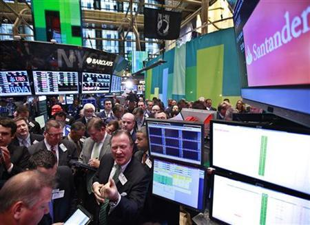 Traders await the Grupo Financiero Santander's first trade following it's IPO on the floor of the New York Stock Exchange, September 26, 2012. REUTERS/Brendan McDermid