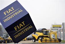 <p>Le fabricant italien de tracteurs et de camions Fiat Industrial a reçu mercredi soir le feu vert de CNH Global pour son offre sur les participations minoritaires de l'entreprise américaine, avec qui il va donc pouvoir boucler sa fusion de 1,5 milliard de dollars (1,17 milliard d'euros). /Photo prise le 31 octobre 2012/REUTERS/Giorgio Perottino</p>