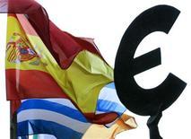 Флаги Испании и Греции рядом со статуей, символизирующей единство Европы, возле здания Европарламента в Брюсселе 14 ноября 2012 года. Евро достиг максимума 6,5 месяцев в четверг благодаря ожившим надеждам на соглашение о финансовой помощи Греции, а иена снизилась, так как инвесторы сторонятся ее в ожидании монетарного смягчения в Японии. REUTERS/Yves Herman